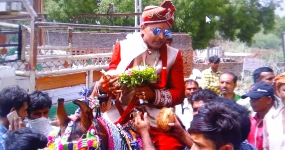 http://meranews.in/backend/main_imgs/Dalit-Wedding_gandhinagar-upper-caste-men-make-dalit-groom-get-off-the-horse-in-own-wedding_0.jpg