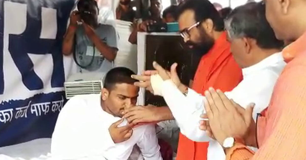 http://meranews.in/backend/main_imgs/Hardik-Fast_hardik-patel-consumes-water-offered-by-sp-swami-but-steadfast-not-to-break-fast_0.jpg
