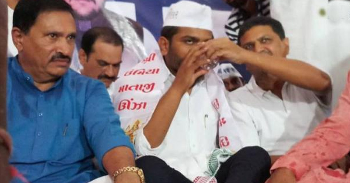 http://meranews.in/backend/main_imgs/HardikP_patidar-leader-hardik-patel-breaks-his-fast-on-19th-day-says-will-live-to-fight-another-day_0.jpg