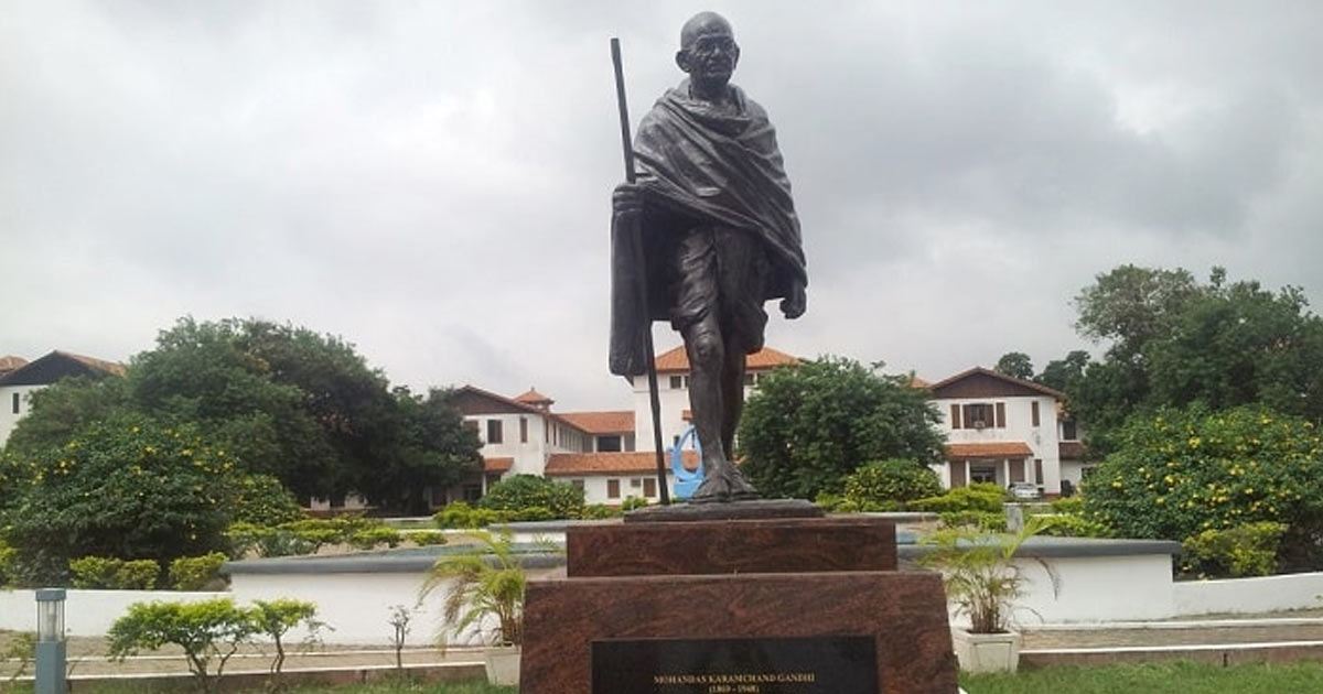http://meranews.in/backend/main_imgs/Mahatma-Statue_why-did-the-university-of-ghana-remove-gandhis-statue-from-its-campus_0.jpg