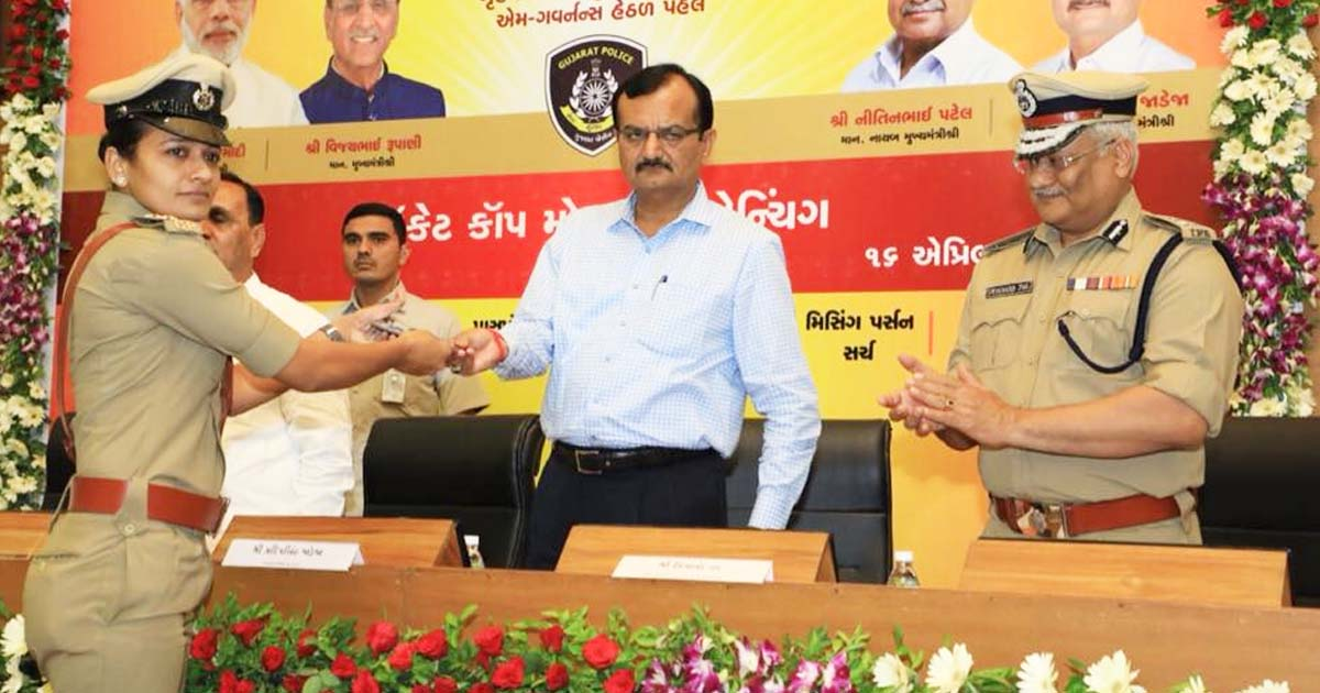 http://meranews.in/backend/main_imgs/PocketCop_gujarat-cops-to-get-smartphones-under-pocket-cop-project_0.jpg