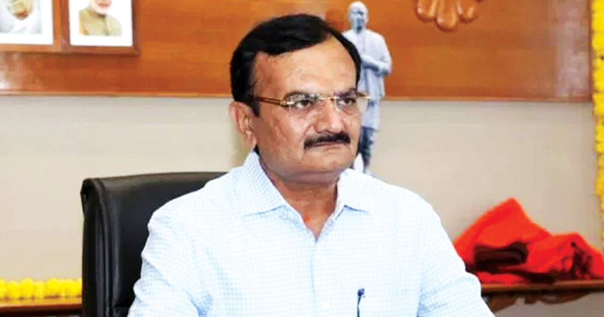 http://meranews.in/backend/main_imgs/Pradipsinh_home-minister-pradipsinh-jadejas-crisis-management-failed-in-liquor-prohibition-in-Gujarat_0.jpg