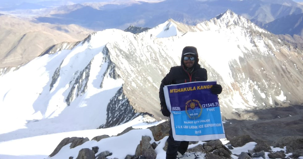 http://meranews.in/backend/main_imgs/RajkotConstable1_this-rajkot-police-constable-conquers-23554-ft-high-nun-peak-sets-eyes-on-everest-next_0.jpg