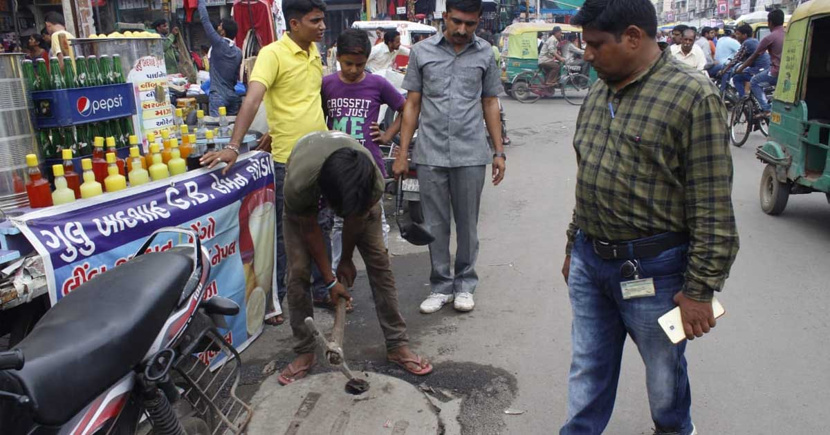 http://meranews.in/backend/main_imgs/RathYatraSecurityGujarat_bomb-squad-checks-gutter-lines-falling-on-the-route-of-ahmedabad-rath-yatra_0.jpg