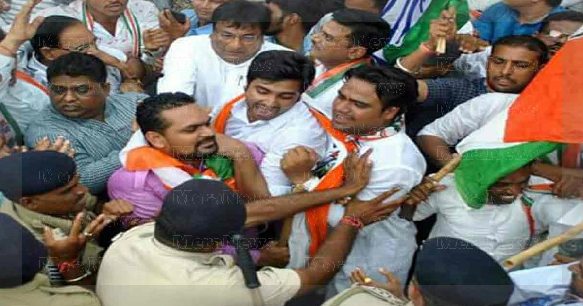 http://meranews.in/backend/main_imgs/congress-protest_congress-files-complaint-against-police-for-lathi-charge-at-protest-against-high-fuel-prices_0.jpg?4