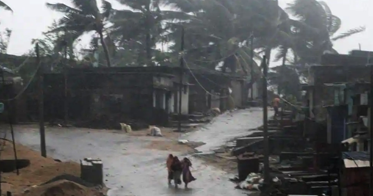 http://meranews.in/backend/main_imgs/cyclone-titli_cyclone-titli-gradually-weakening-at-least-9-killed_0.jpg