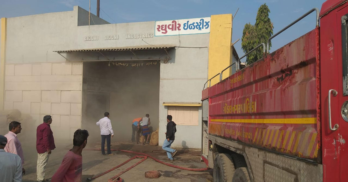 http://meranews.in/backend/main_imgs/gondal-fire-eng_gondal-groundnut-warehouse-in-jamwadi-gidc-catches-fire_0.jpg