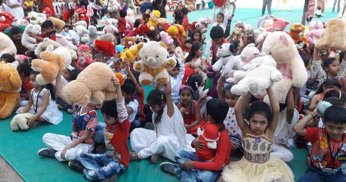 501 kids hugged teddies for a world record